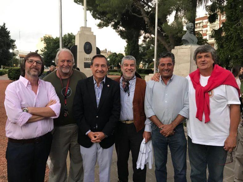 García Cafi en Lobos con el Intendente y miembros de la asociación.