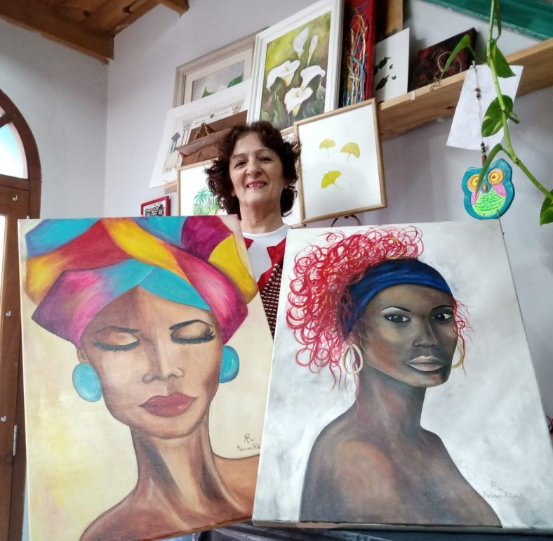 Miriam con las dos obras que llegaron a Europa.