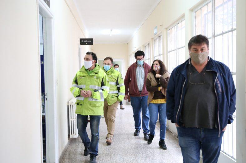 Los funcionarios y operadores en las instalaciones de la región X